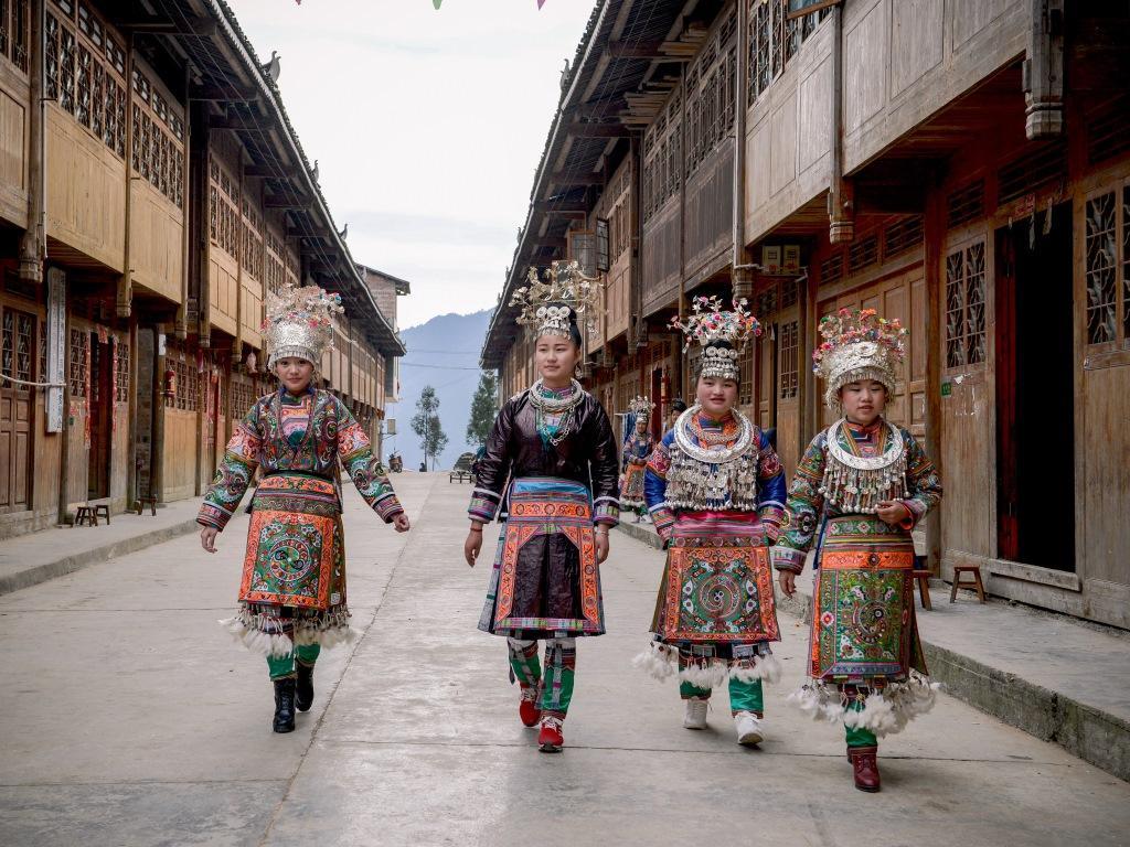 Vrouwen van de '100 birds Miao' in feestkleding, Wuji, Rongjiang. Foto Wu Zeng Ou
